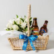cesta cervejas e arranjo rosa e astromelia 7
