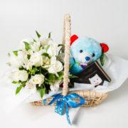 cesta com arranjo rosas astromelia e ursinho azul com cachecol 3