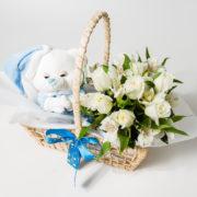 cesta com arranjo rosas astromelia e ursinho de pijama azul 1
